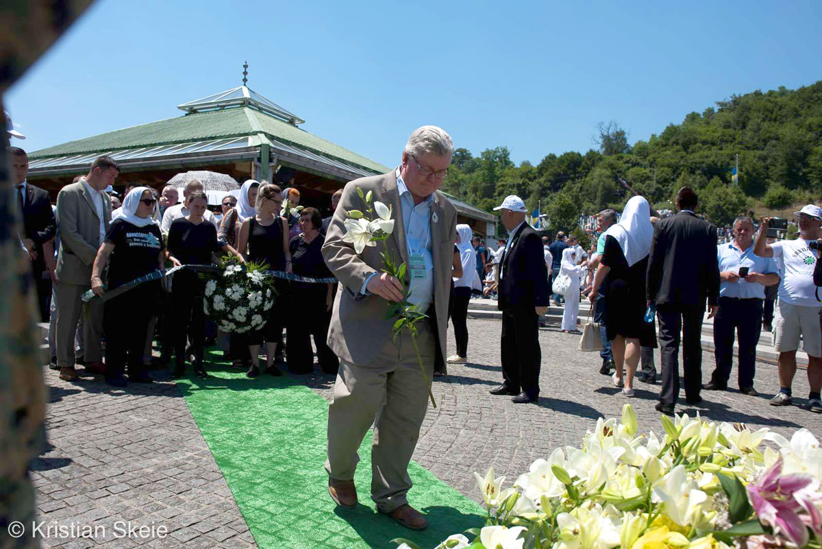 Professor David Pettigrew laying flowers in Bosnia
